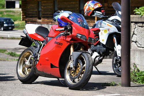 Motul 300V 10W40 Synthetic motorcycle Oil 2